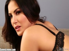 sunny leone fingers her wonderful and moist pussy!